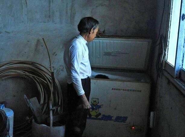 Cha già không chôn mà để xác con trai trong tủ lạnh, mỗi lần mở tủ là một lần kinh hoàng đến thót tim