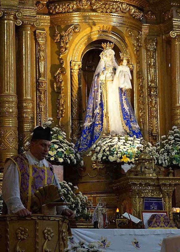 Missa no altar principal na igreja do convento das Concepcionistas