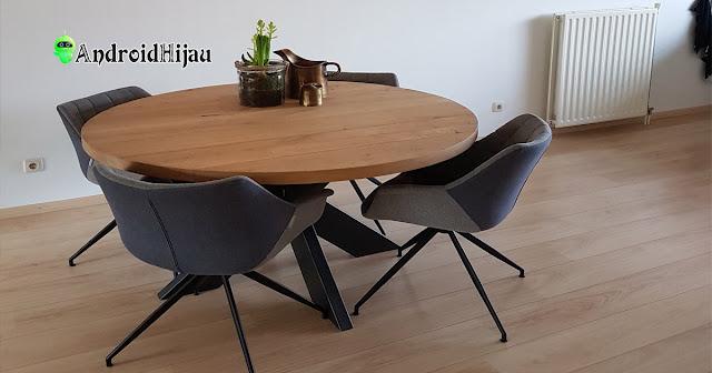 meja makan bulat dengan material kayu