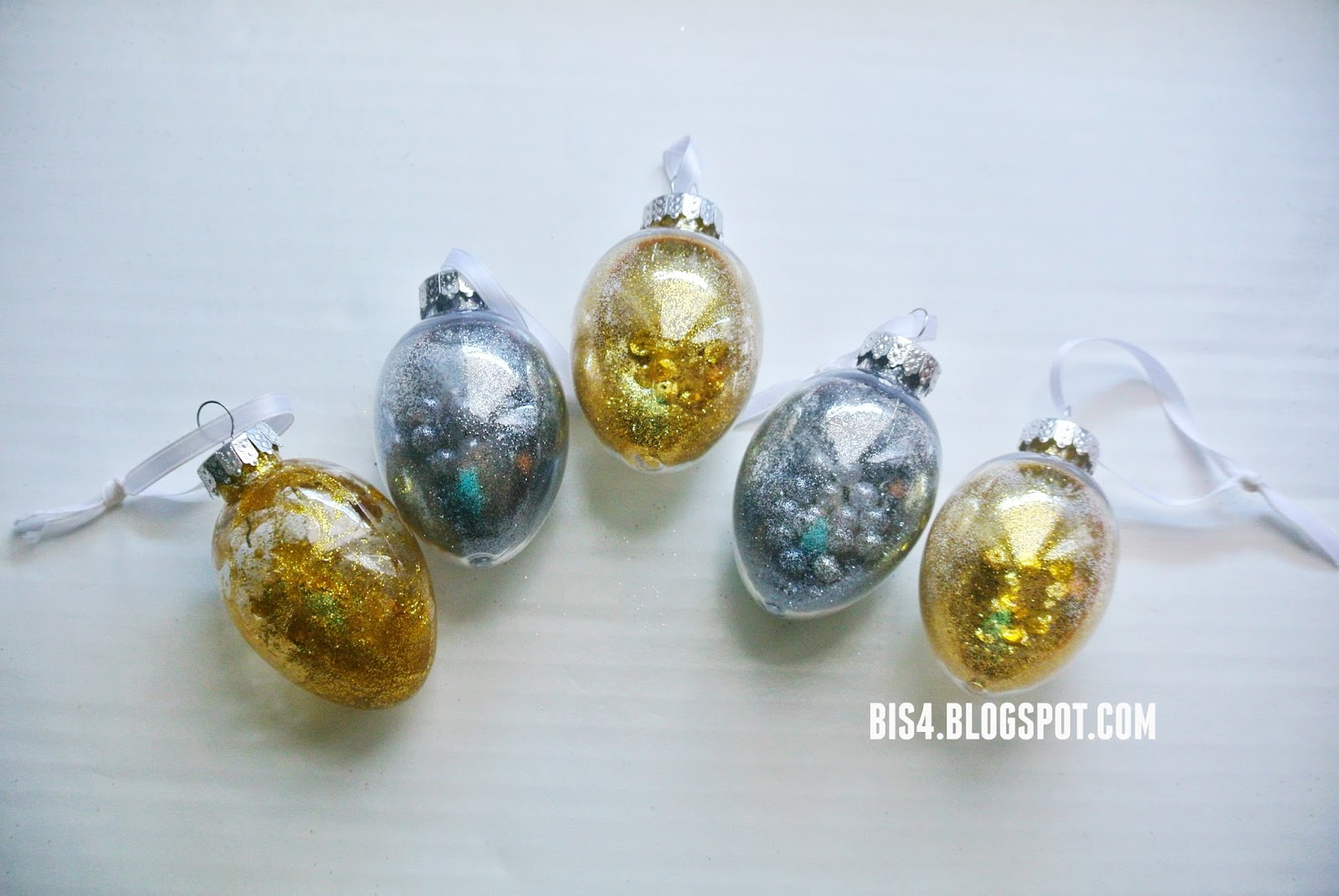Light bulb ornaments - Diy Holiday Light Bulb Ornaments