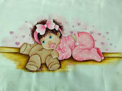 fralda pintada menina de cabelo encaracolado