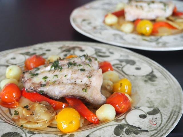 Filetes de mero al horno con patatas, cebollitas, pimiento rojo y tomates cherry