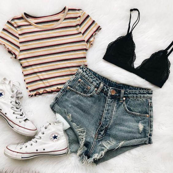Vestidos, shorts, calças e blusas tumblr estão muito em alta aliás tudo que tenha um estilo tumblr como, regatas, saias, sapatos...  Usar peças diferentes é fácil de combinar ainda mais sendo preto, se tem duvida na hora de escolher uma roupa, escolha cor preto, rosa e jeans, pois tudo combina com jeans. Sapatos brancos combinam com a maioria dos looks casuais, despojados e elegantes, então aposte neles também. Se você quiser um look com botas, use bota cano curto, pois são mais fáceis de combinar com diversos estilos de roupas. Usra looks bonitos, confortáveis, com estilo e tumblr é muito bom, por isso sempre escolha peças que são versáteis e que dá para montar looks diferentes com a mesma peça de roupa. Você pode transformar os looks para o dia a dia em looks formais, apenas mudando algumas peças e acessórios. Para deixar o look mais feminino use bolsas adequadas para casa ocasião.