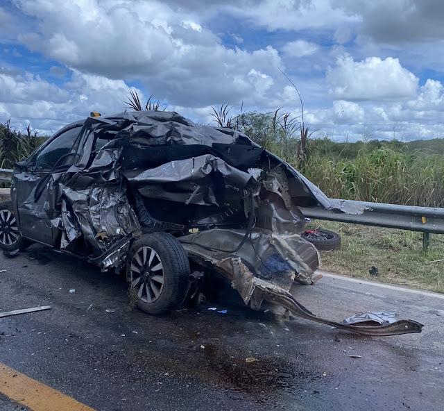Acidente entre carro e caminhão carregado com madeira deixa uma pessoa ferida na BR-406 no RN