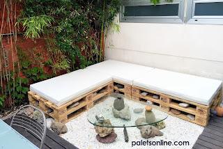 Rincón de relax con europalet y colchoneta en blanco mueblesconpalets.com