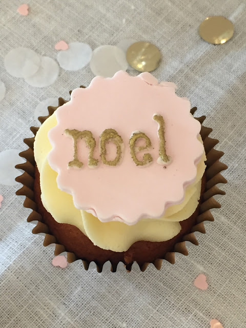 Beautiful pink frosted cupcake with noel #FrenchChristmas #Noel #cupcakedecorating