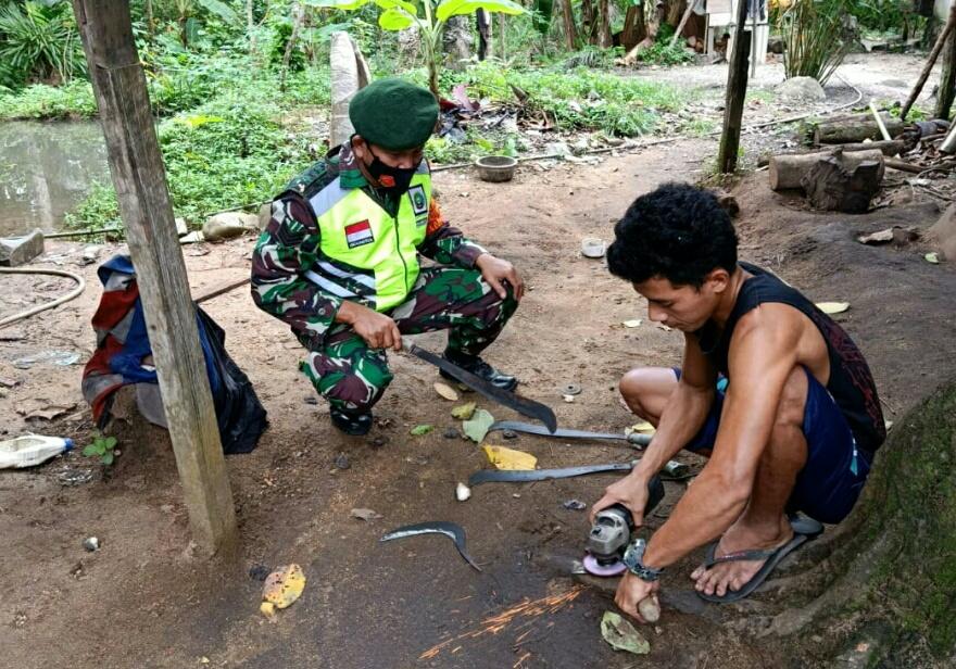 Tingkatkan Silaturahmi, Babinsa Desa Ceruk Lakukan Komsos Dengan Pekerja Pandai Besi