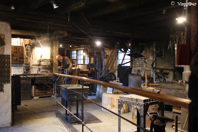 Uno degli artigiani al lavoro nel suo laboratorio dell'Ecomuseo d'Alsazia