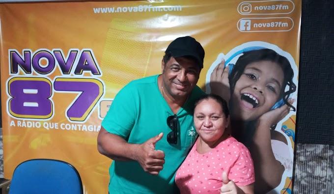O cantor gospel Marcos Antônio participar de entrevista na Rádio Nova 87,9 FM de Guamaré