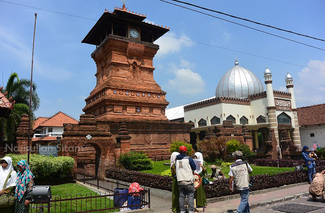 Para pengunjung di depan Menara Kudus
