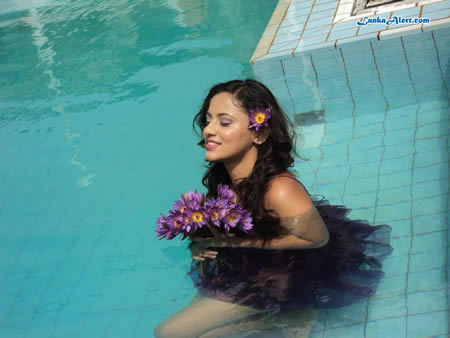 ElaKiri HOT Gallery: Underwater Photo Shoot (Udari) Udari Warnakulasooriya Bikini With Underwater