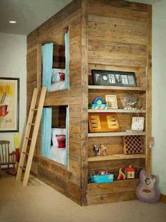 habitacion con doble cama construida con pallets de madera desarmados