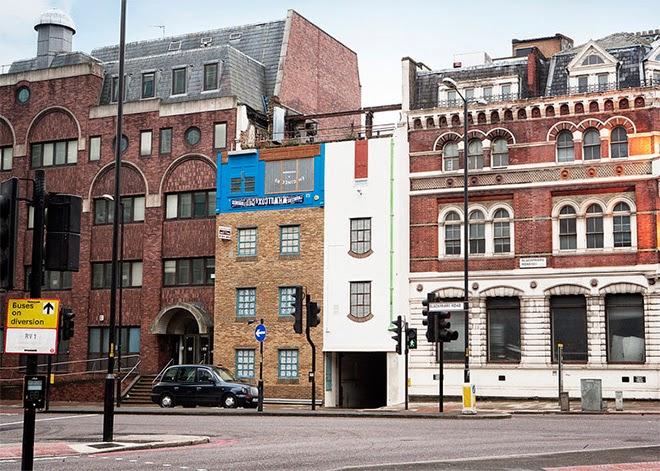alex chinneck, arquitetura, arte, arte urbana, casa de cabeça pra baixo, casa de cera, casa deslizando, londres, street art,