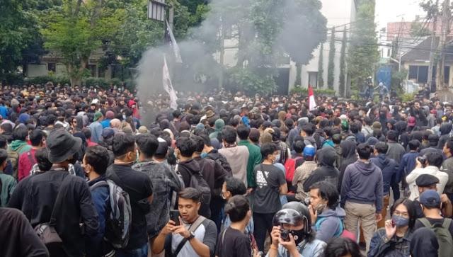 Ribuan Buruh dan Mahasiswa Demo Depan Kantor DPRD Jabar Memanas