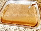 preparare reteta prajitura cu branza - blatul pus in tava