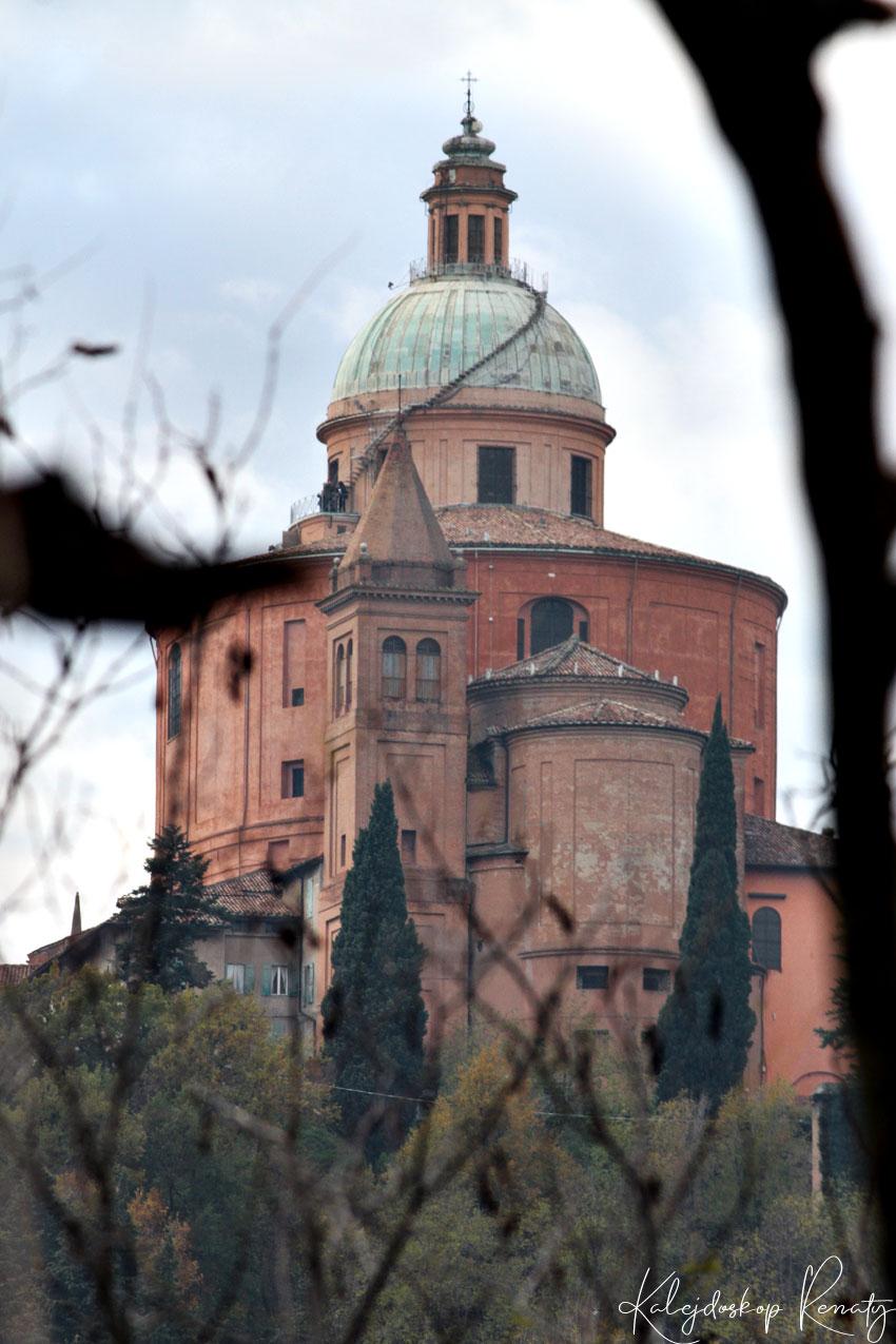Widoki na Sanktuarium San Lucca z parku San Pellegrino w Bolonii
