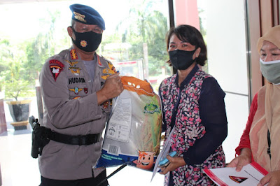 Penyaluran bantuan Kepada Warakawuri Satbrimob Polda Jambi