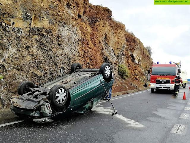 Un vehículo volcó esta mañana en Breña Alta