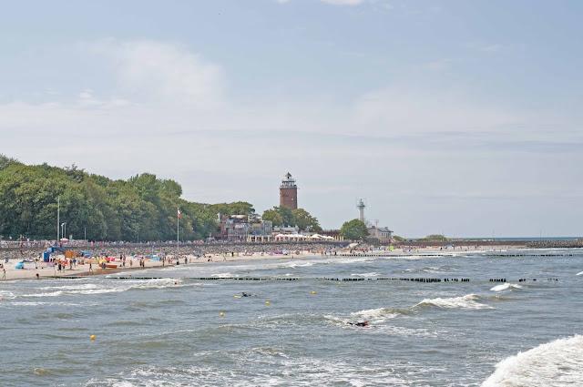 widok z mola na latarnię morską w Kołobrzegu