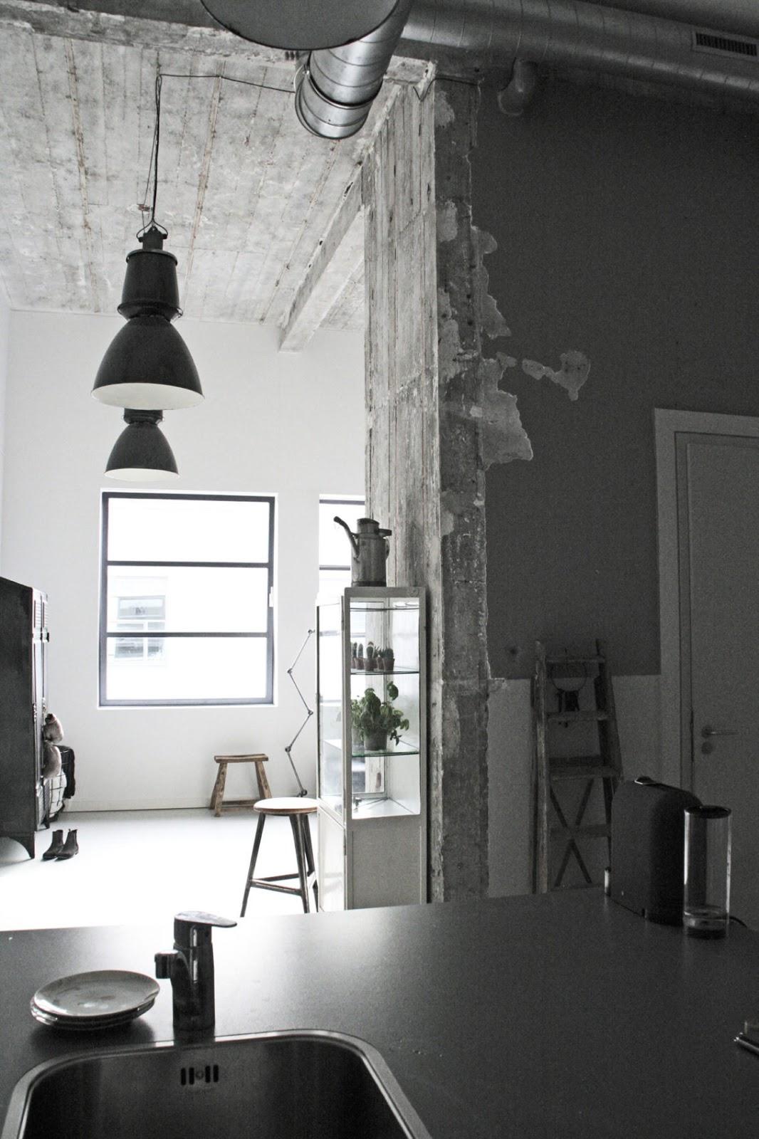 Loft industrial con con techos altos de 4,6 m, suelos de hormigón, enormes ventanales y mucha luz.