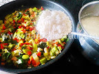 preparare reteta tocanita de praz - orezul fiert amestecat cu legumele calite