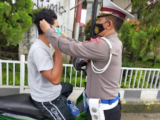 Ops Lilin 2020, Kasat Lantas Polres Gowa Terjun Langsung Edukasi Prokes dan Bagikan Masker ke Pengendara