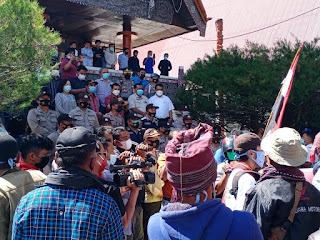 Massa Aliansi Gerakan Rakyat Tutup TPL Unjuk Rasa di DPRD Taput