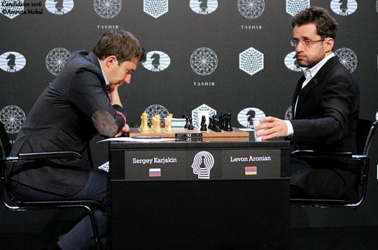 Une partie intéressante entre les deux co-leaders, le Russe Sergey Karjakin et l'Arménien Levon Aronian, qui finira en nulle - Photo © Amruta Mokal
