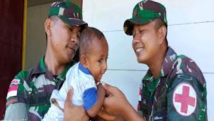 Satgas Raider 300/Bjw Berikan Tambahan Gizi Pada Anak-Anak Papua