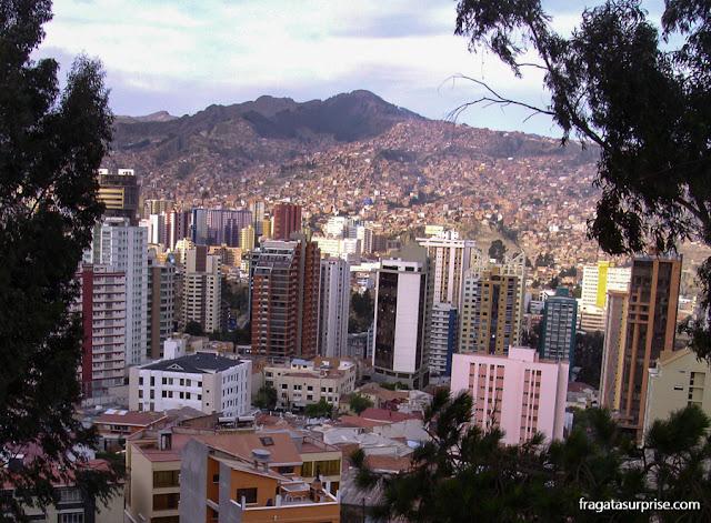 O horizonte de La Paz visto de El Montículo, um parque no bairro de Sopocachi