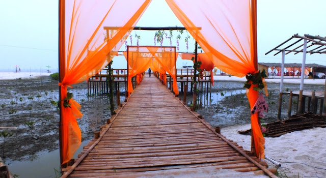 jembatan bambu menuju ke pantai
