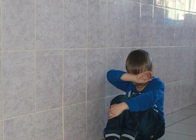 Учительница на коленях заставила школьника просить отпустить его в туалет