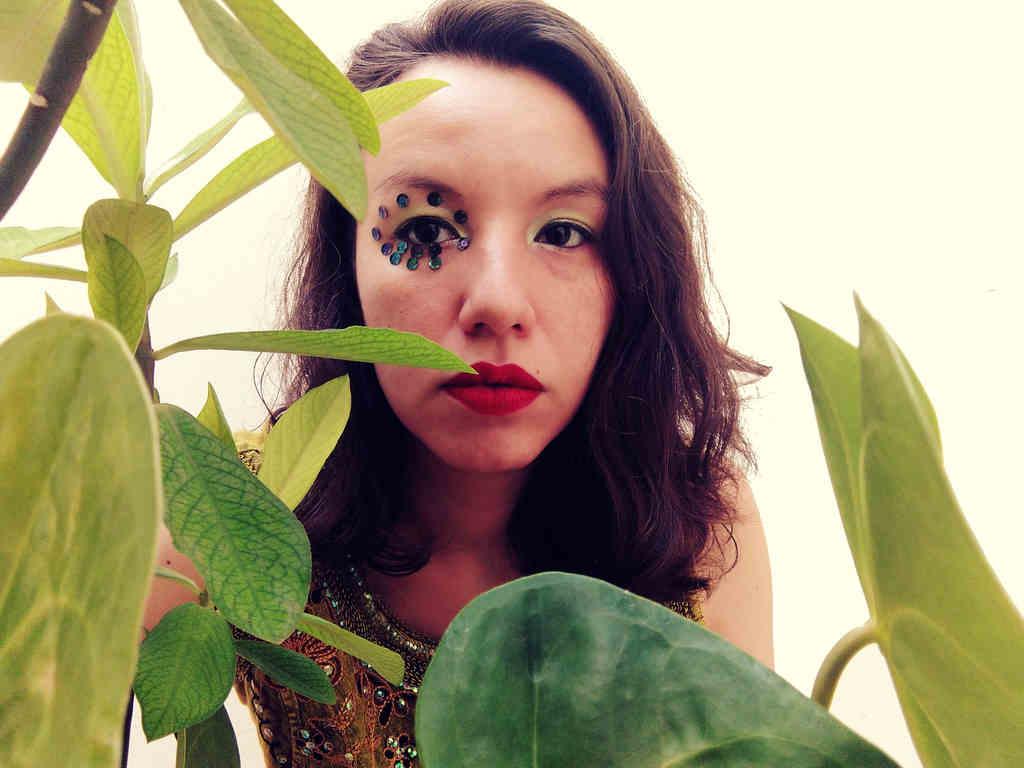 """A cantora e instrumentista Marina Silva dá início ao seu primeiro álbum, """"Caótico Jazz Tropical"""", com o single duplo """"Baião de Clavinet"""" e """"Fixos e Fluxos"""""""