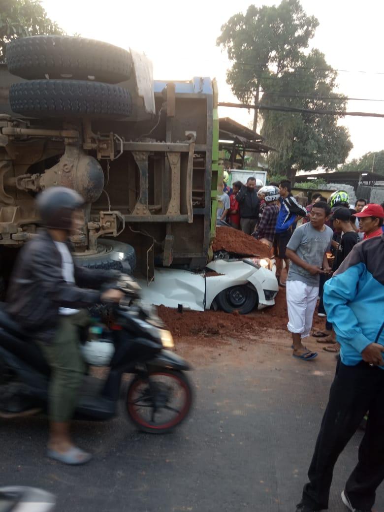 Truk Tanah menimpa Mobil Sedan di Tangerang
