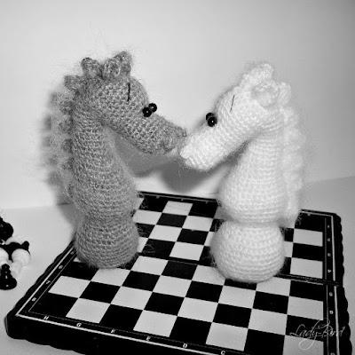 Шахматный конь крючком амигуруми