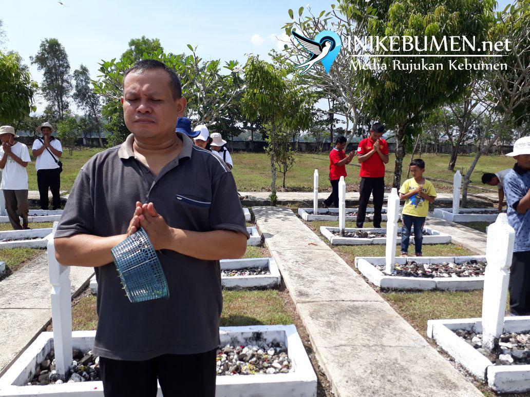 Jelang Tri Suci Waisak, Umat Buddha Kebumen Gelar Bersih-bersih di TMP