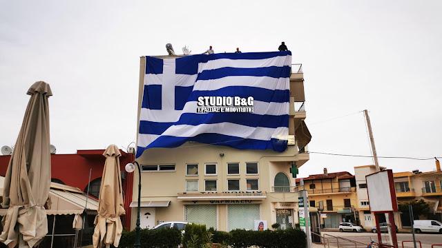 Γιγαντιαία Ελληνική σημαία στην Αργολίδα για την 25η Μαρτίου (βίντεο)