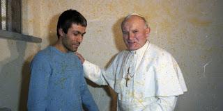 بالفيديو: بعد إطلاق سراحه، ماذا فعل محمد علي آغا الذي حاول اغتيال البابا