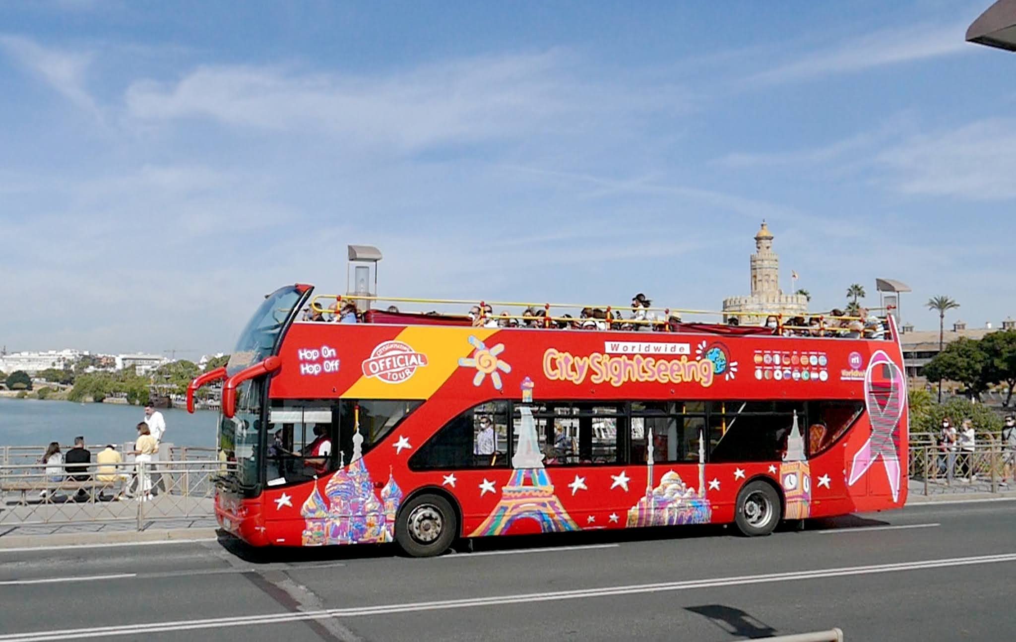 bus city sightseeing sevilla lazo rosa simbolo cancer mama