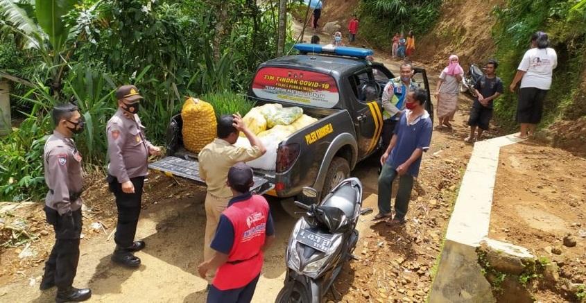 Polisi Salurkan Bantuan untuk Warga Korban Bencana di Lokasi Pengungsian