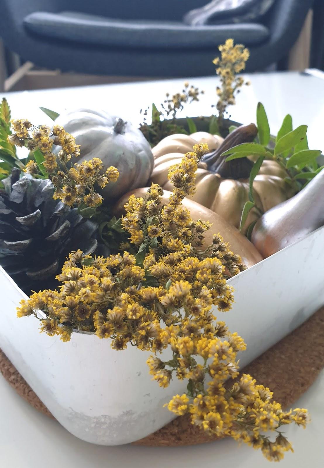 jesienna dekoracja na stolik