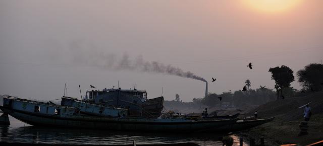 Humo negro sale de la chimenea de una fábrica de ladrillos en Bangladesh.UNICEF/Shehzad Noorani