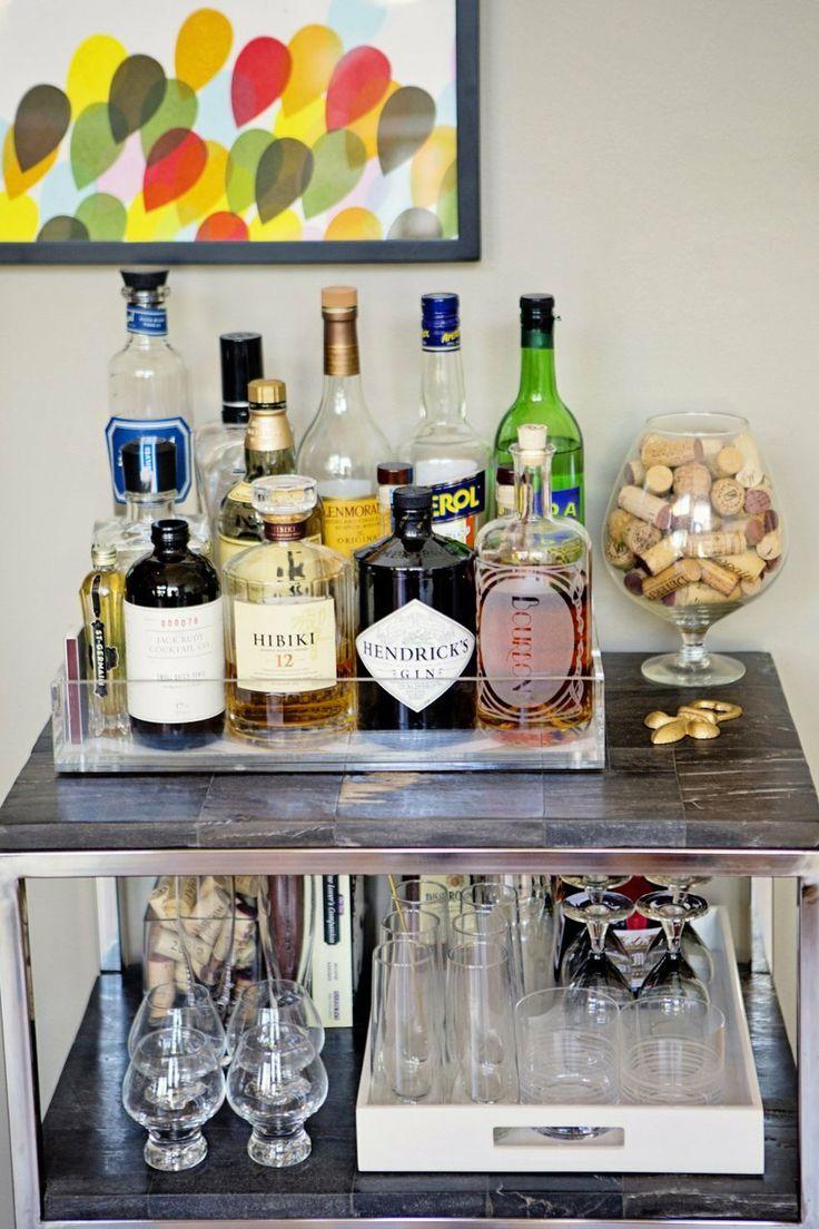 Ter um bar em casa é muito simples e mais fácil do que você imagina.  Uma simples mas bonita bandeja será sua aliada na hora de criar um cantinho super especial