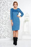 Rochie StarShinerS albastra cu croi larg din material tricotat accesorizata cu brosa cu accesoriu inclus