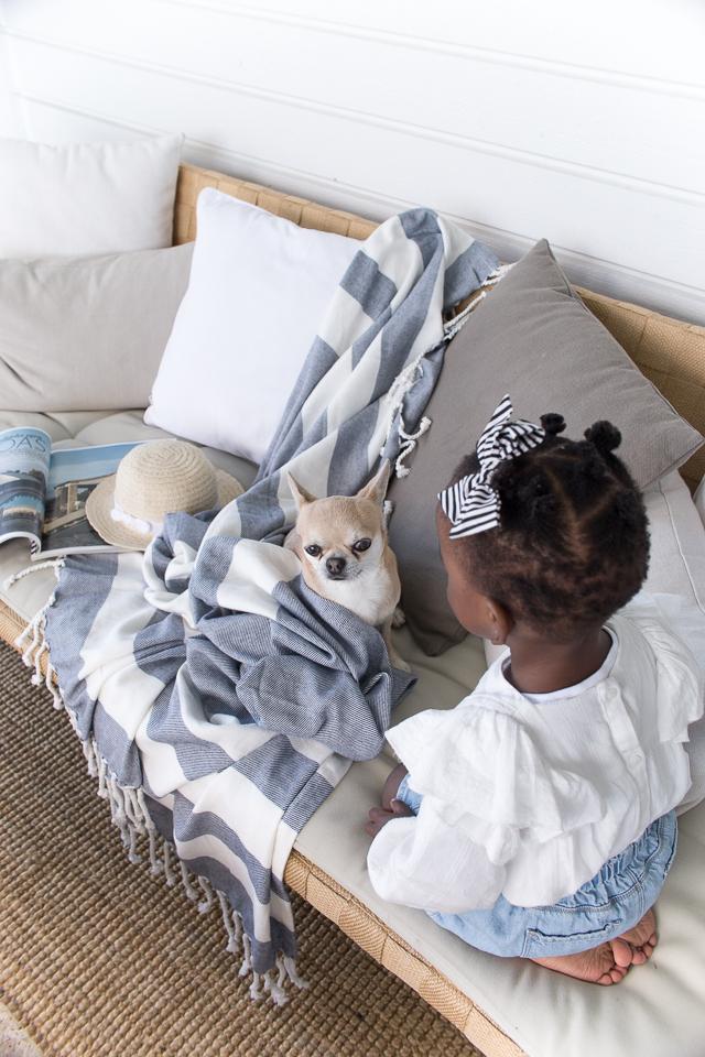 Villa H, kesä olohuone, chihuahua, tytär
