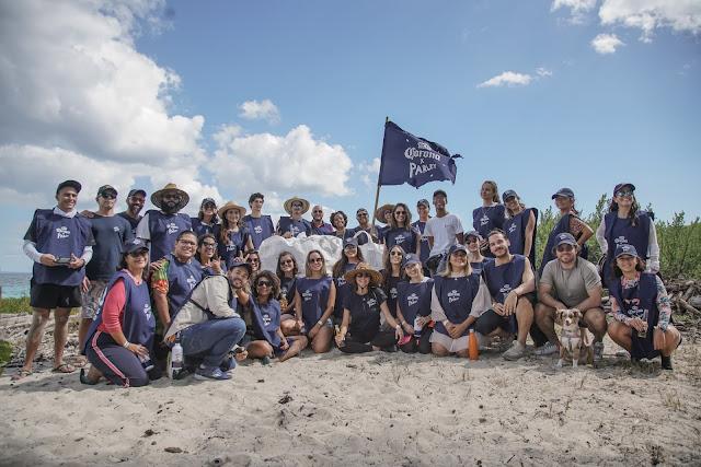 Equipo de voluntarios durante la jornada de limpieza en isla Catalina