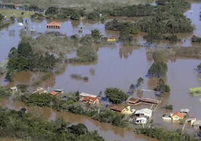 A foto mostra a fúria das enchentes na Região Sul do Brasil provocada pelo o menino revoltado o El ninõ, ser das águas gélidas dos Oceanos Pacifico e Atlântico.