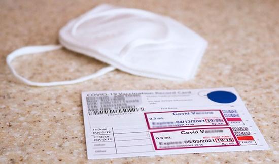 Publicar foto do cartão de vacina facilita ação de cibercriminosos