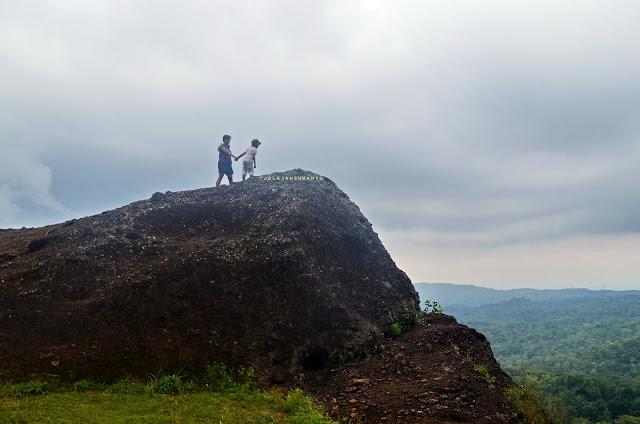 Gunung Bagong, melihat pemandangan dari tepi jurang, kawasan gunung api Nglanggeran  ©Jelajahsuwanto