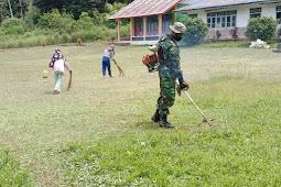 Koramil 1503-02/Elat Ajar Warga Bersihkan Halaman SD Inpres Hako di Kei Besar Selatan Barat